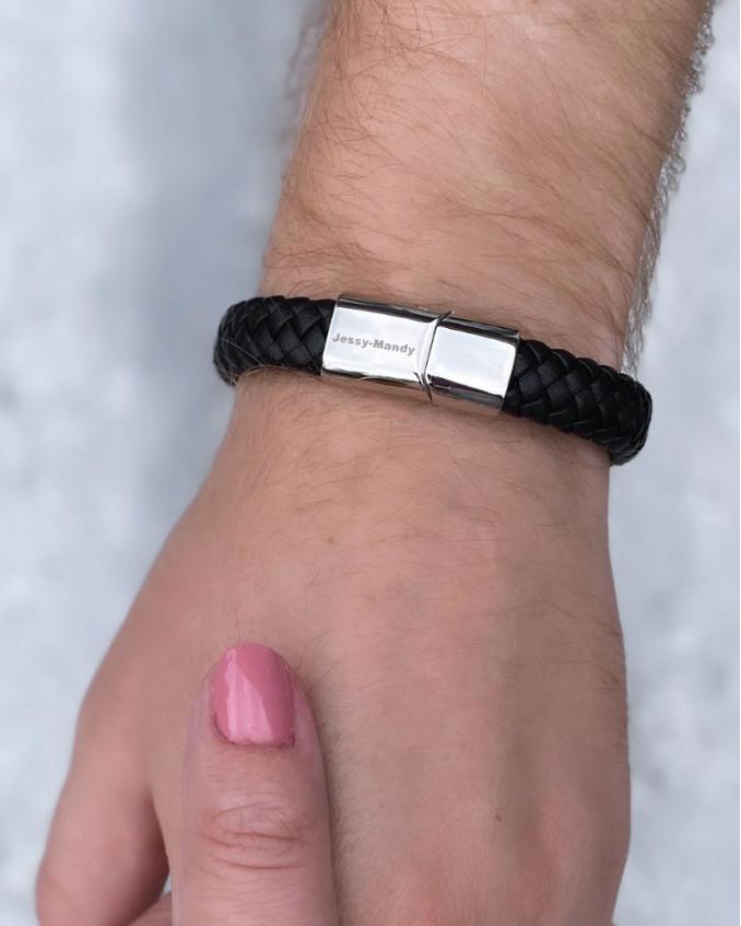 Armband met gravering om pols bij man