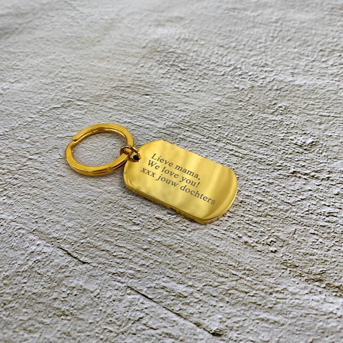 Gouden sleutelhanger op een marmer plaatje