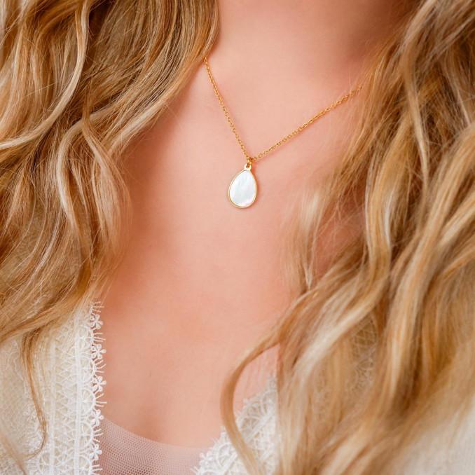 Mooie parelketting met een druppelhanger bij blonde haren