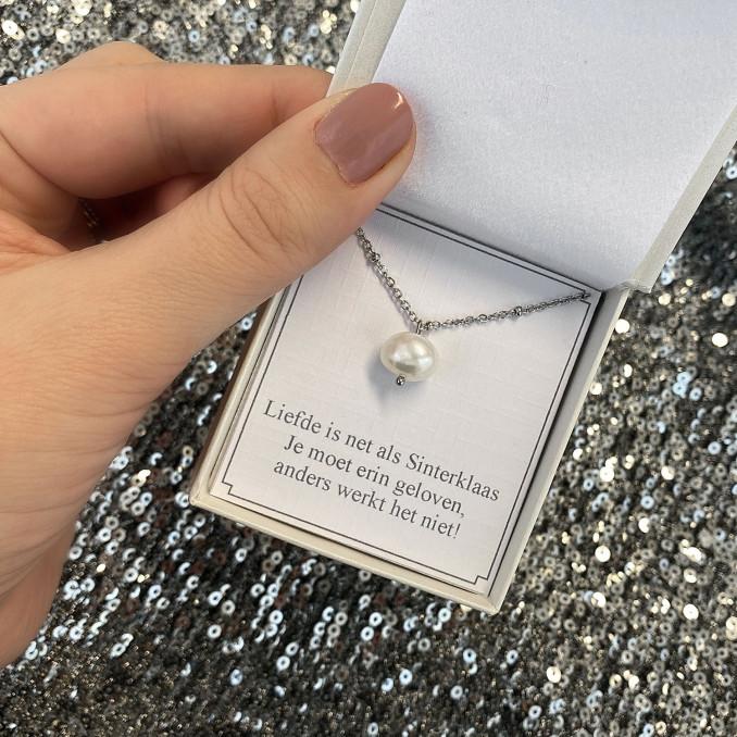 mooie ketting met parel in een sieradendoosje met tekst