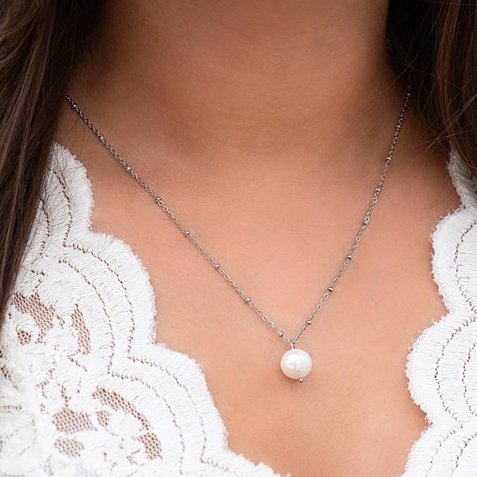 Zilveren parelketting om de hals met parel