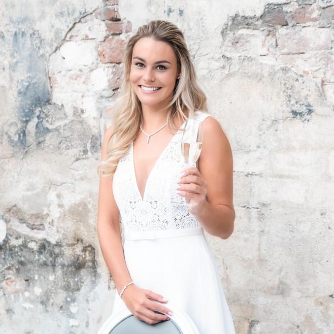 Bruid draagt parelketting met parelarmband om de pols