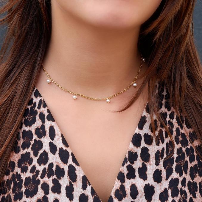 Mooie parelketting om de hals voor een complete look
