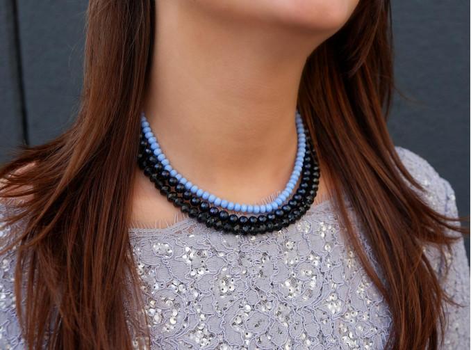 Mooie blauwe parelketting om de hals voor een complete look