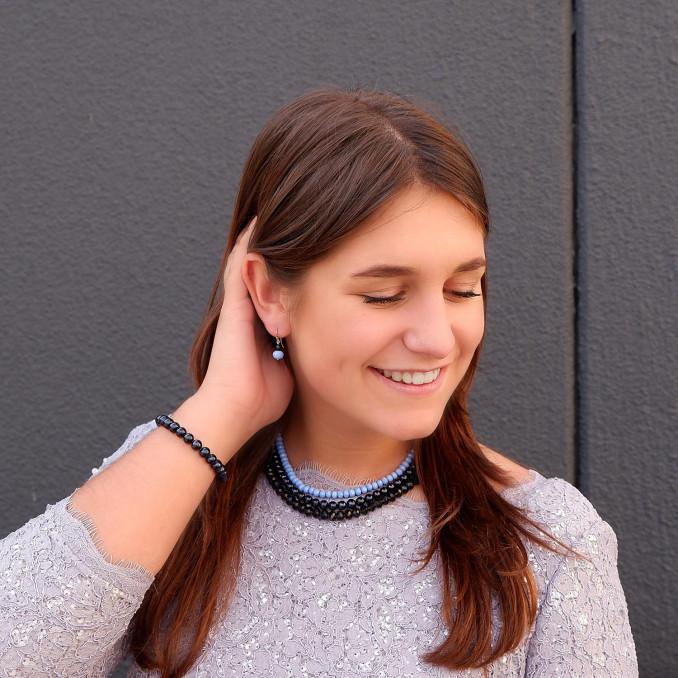 Blauwe parelketting om de hals voor een complete look met armbanden