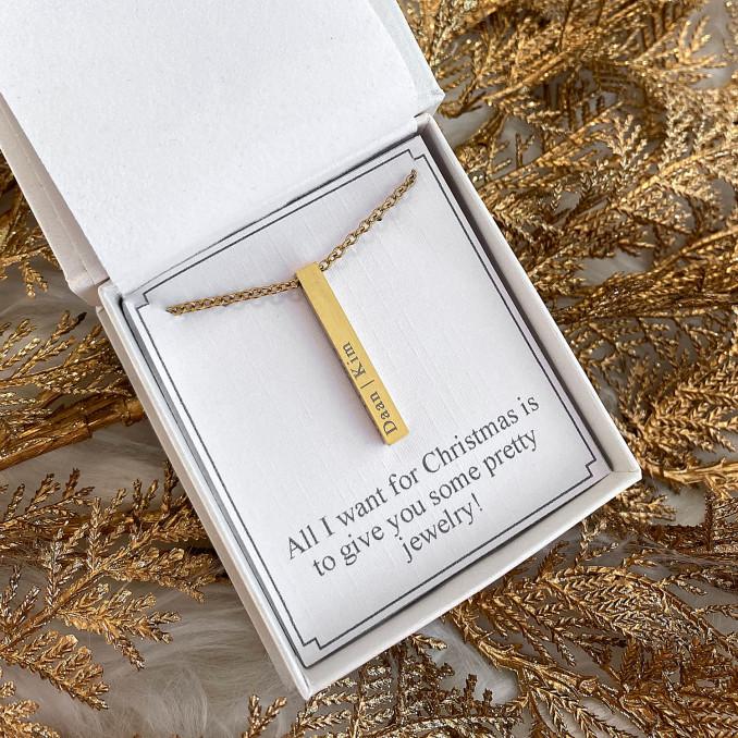 Graveerbare gouden ketting in een sieradendoosje met een naam