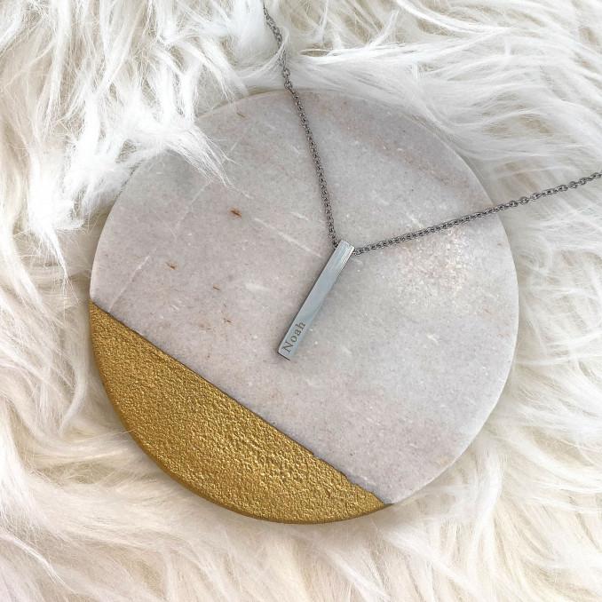 Mooie zilveren ketting met een naam op een plaatje