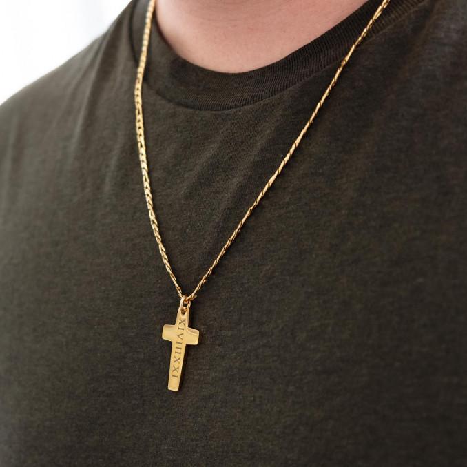 Gouden ketting met gravering en een kruis als hanger eromheen