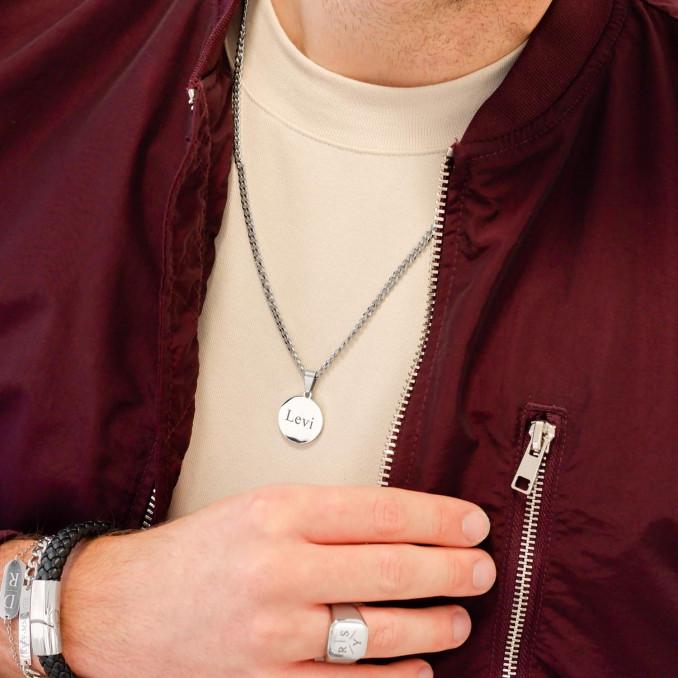 Man draagt ketting met ronde graveerbare hanger