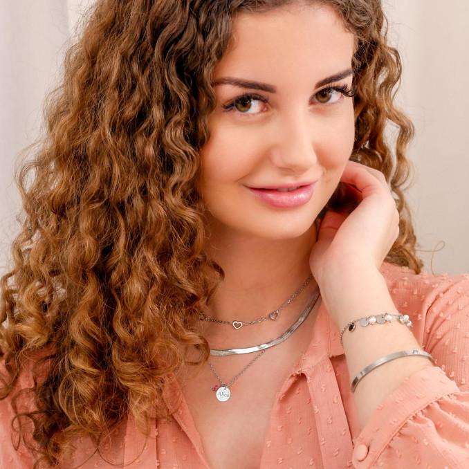 Vrouw met birthstone ketting om de hals voor een trendy look
