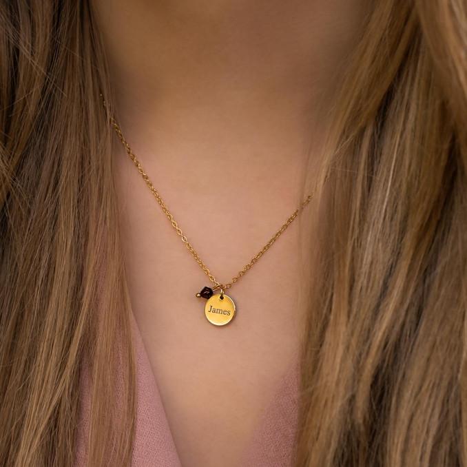 Ketting met naam en birthstone om hals in de kleur goud