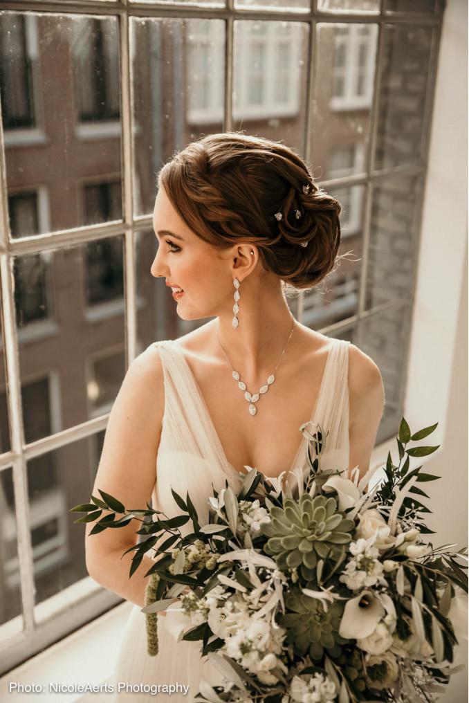 Bruid met haaraccessoires en bruidssieraden