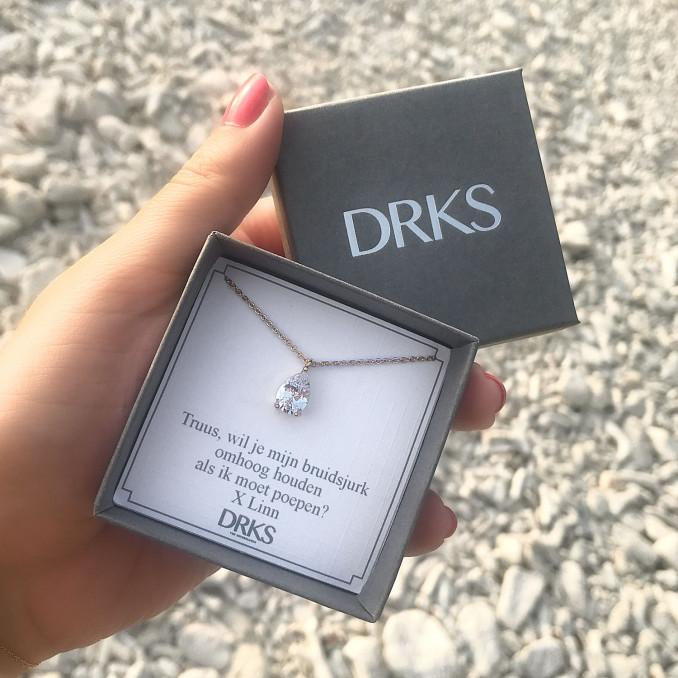 mooie gouden daily luxury ketting in een sieradendoosje met tekst