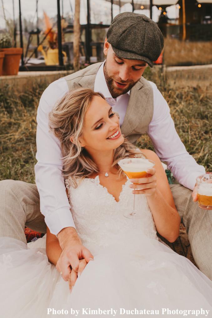 Bruid draagt zilveren daily luxury ketting om hals