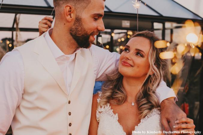Bruid draagt daily luxury ketitng om hals