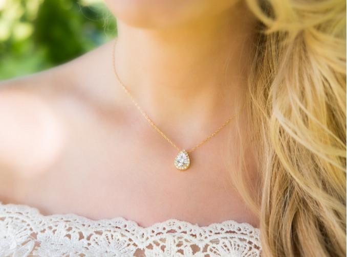 Vrouw draagt daily luxury ketting in het goud voor een complete look