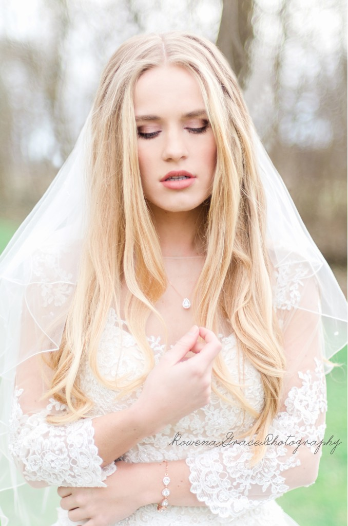 bruid met rosegouden sieraden van drks