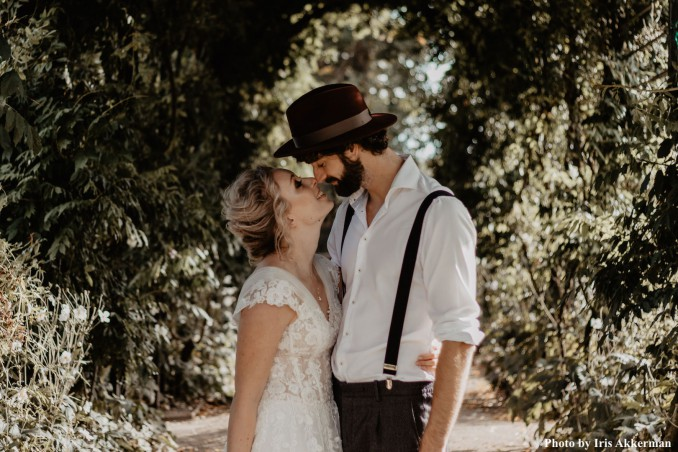 Bruidegom en bruid met parelketting van drks
