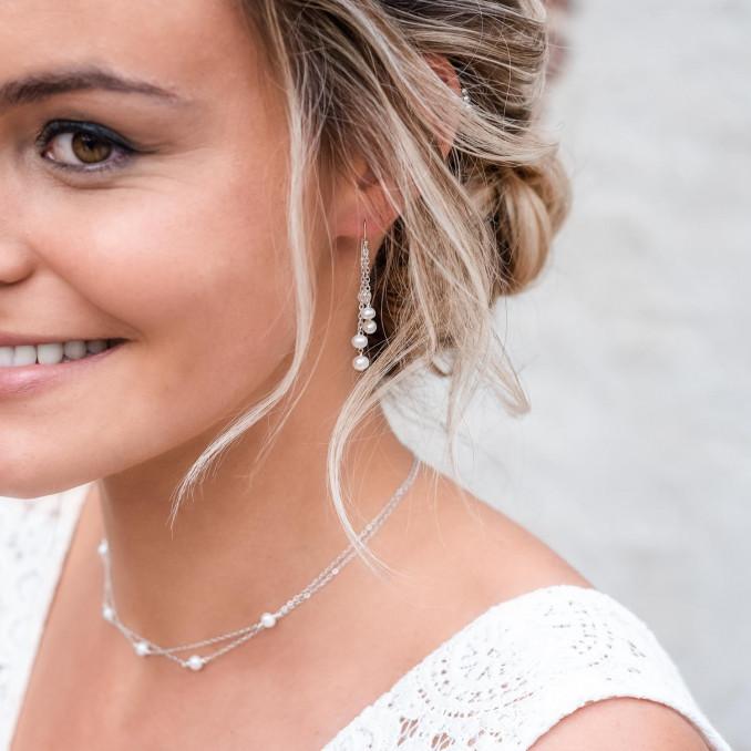 Bruid draagt een complete set van mooie sieraden om