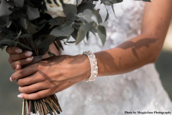 Bruid draagt amalia armband om pols