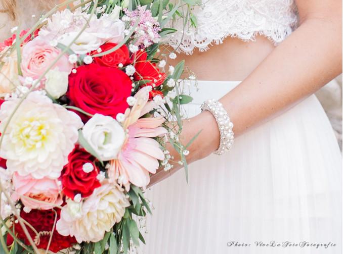 bruid met bloemen en armband van drks