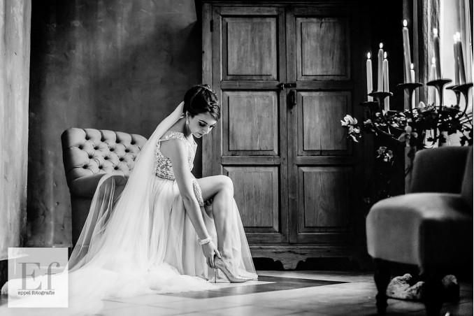 bruid die schoenen aan doet