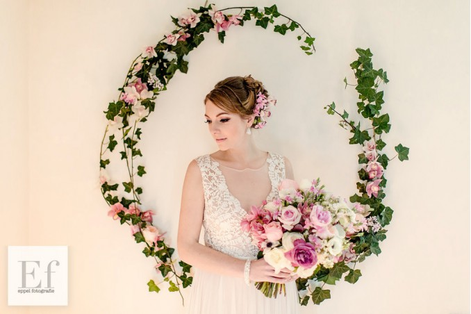 bruid met bloemen en sieraden van drks