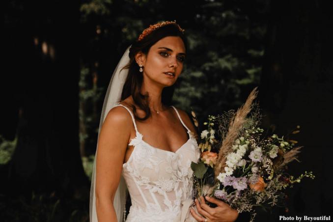 Bruid draagt drks juwelen in de kleur goud