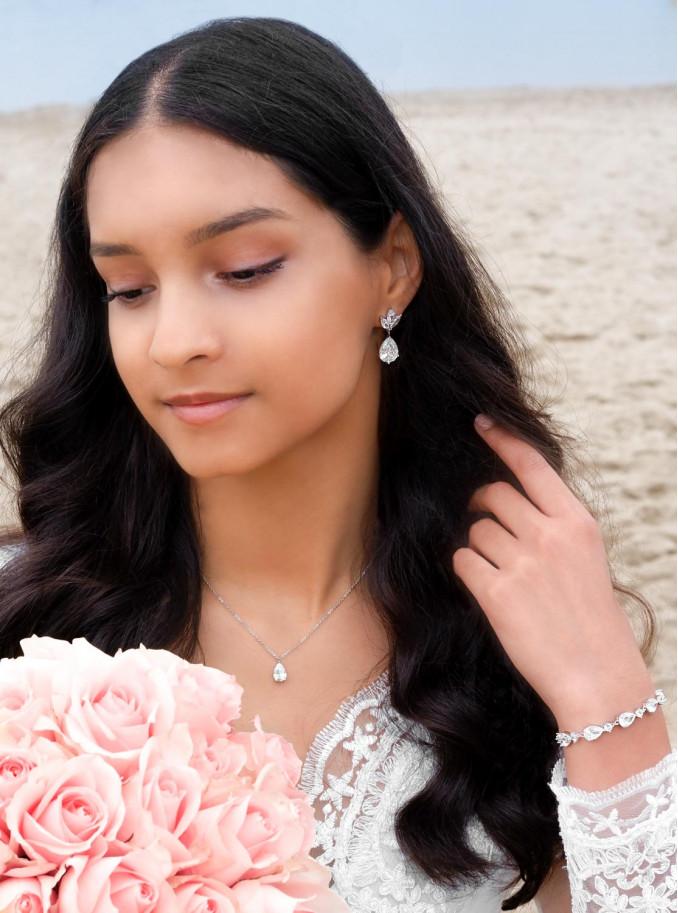 Mooie zilverkleurige sieradenset voor de bruid