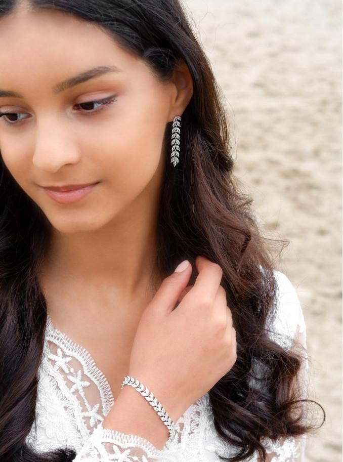 Zilverkleurige sieraden om de pols voor de bruid