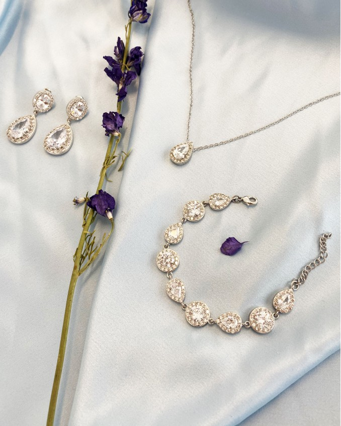 Mooie set van zilveren sieraden voor de bruid