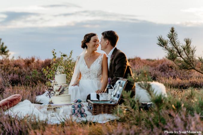 Bruid en bruidegom op de heide voor een shoot