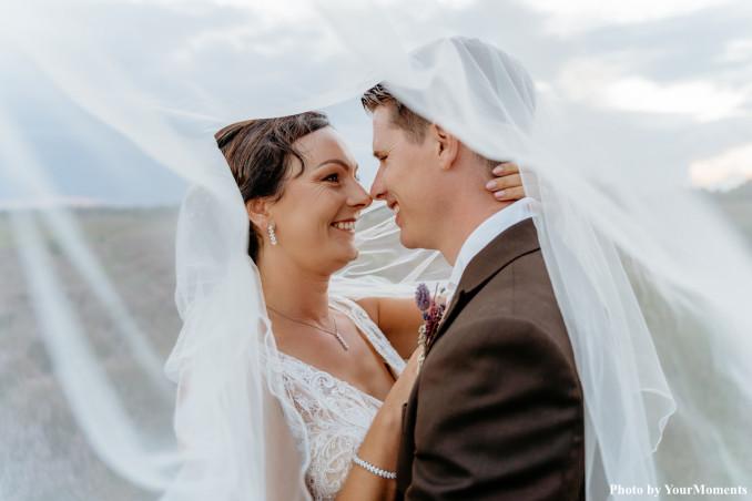 Bruid draagt crystal elegance set
