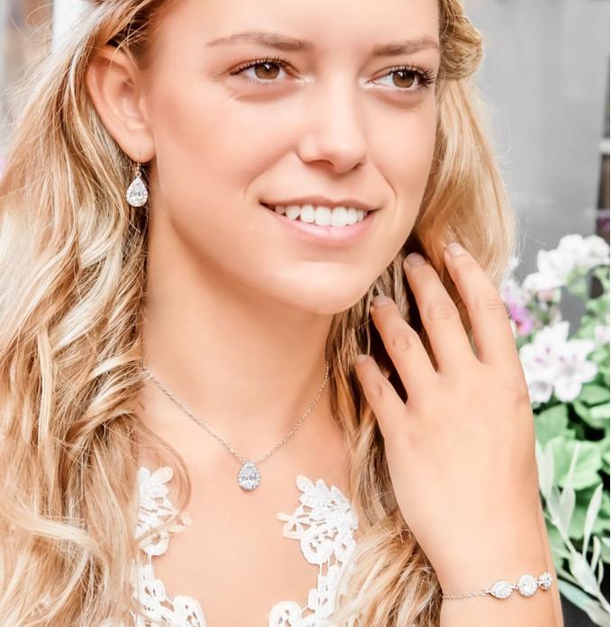 Prachtige bruid met sieraden van DRKS in het oor
