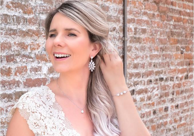 Bruid draagt statement sieraden set voor haar bruiloft