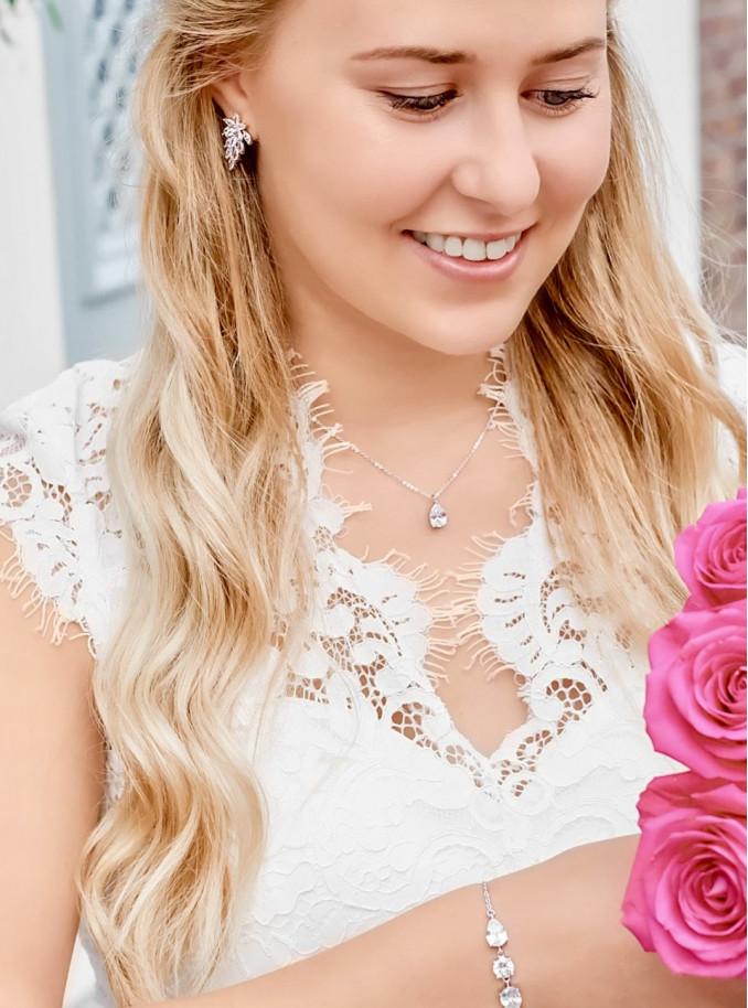 Blonde bruid met mooie sieradenset voor de bruid