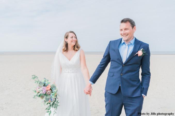 bruid met drks sieraden op het strand