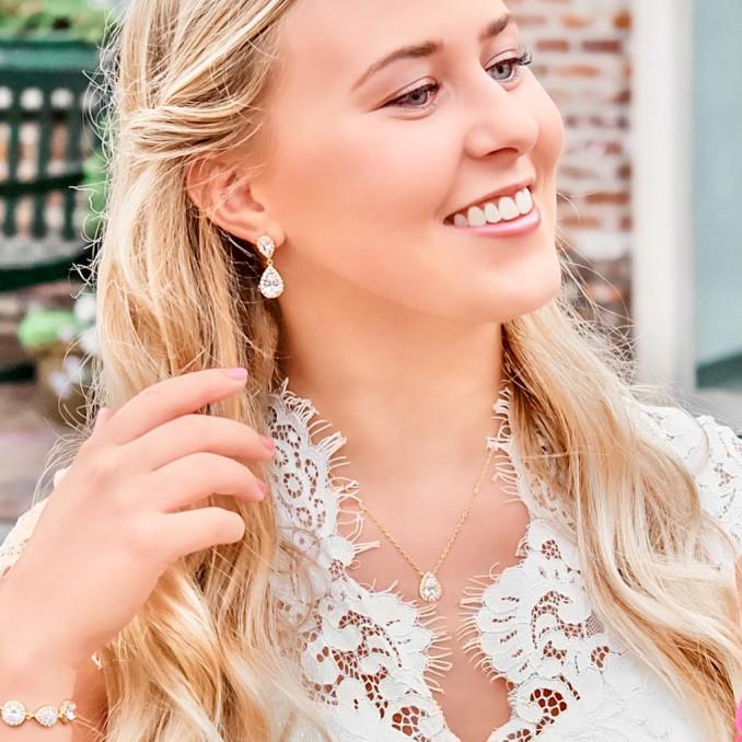 Prachtige sieraden voor de bruid in een gouden kleur