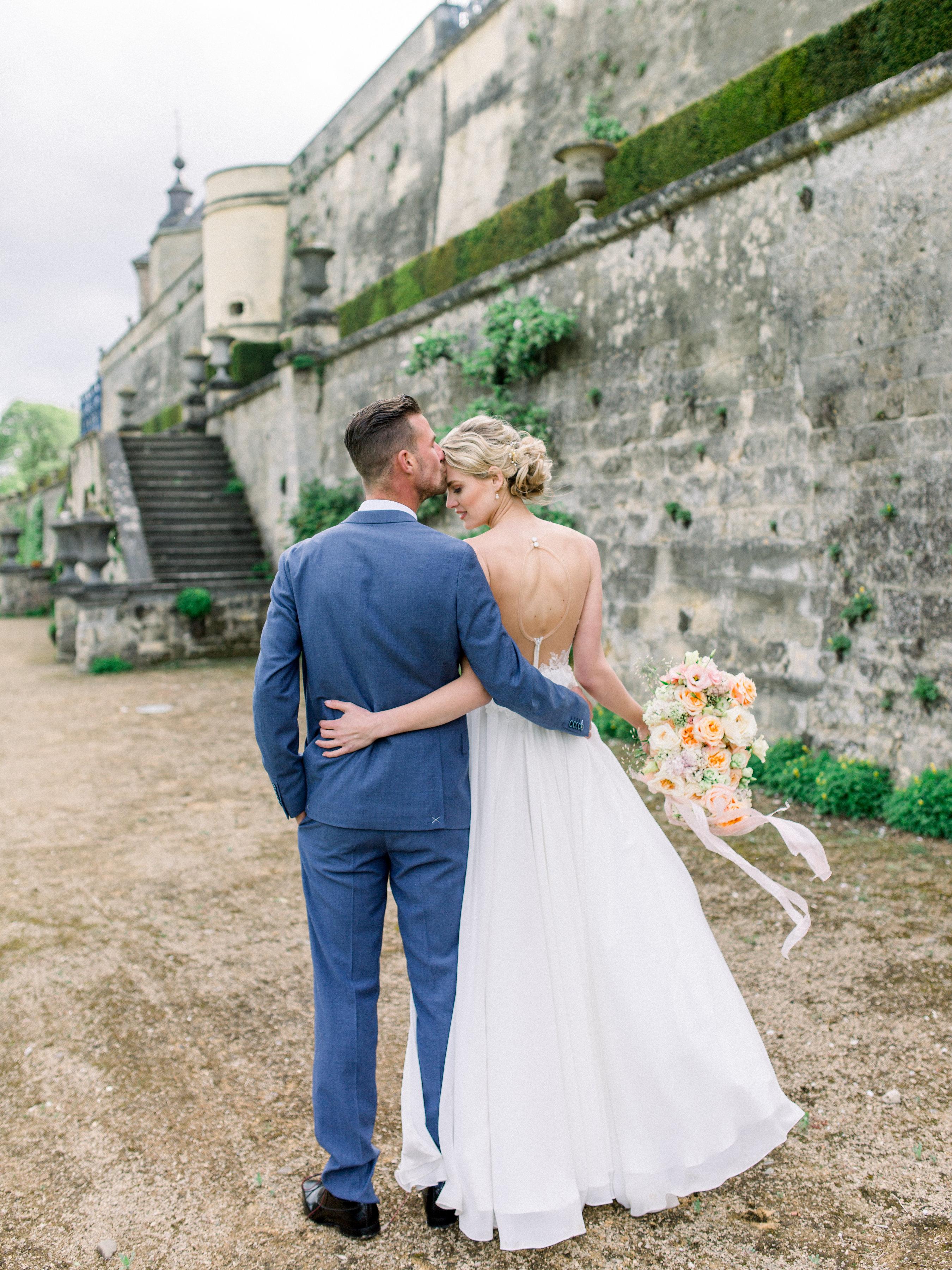 bruidspaar in kasteel
