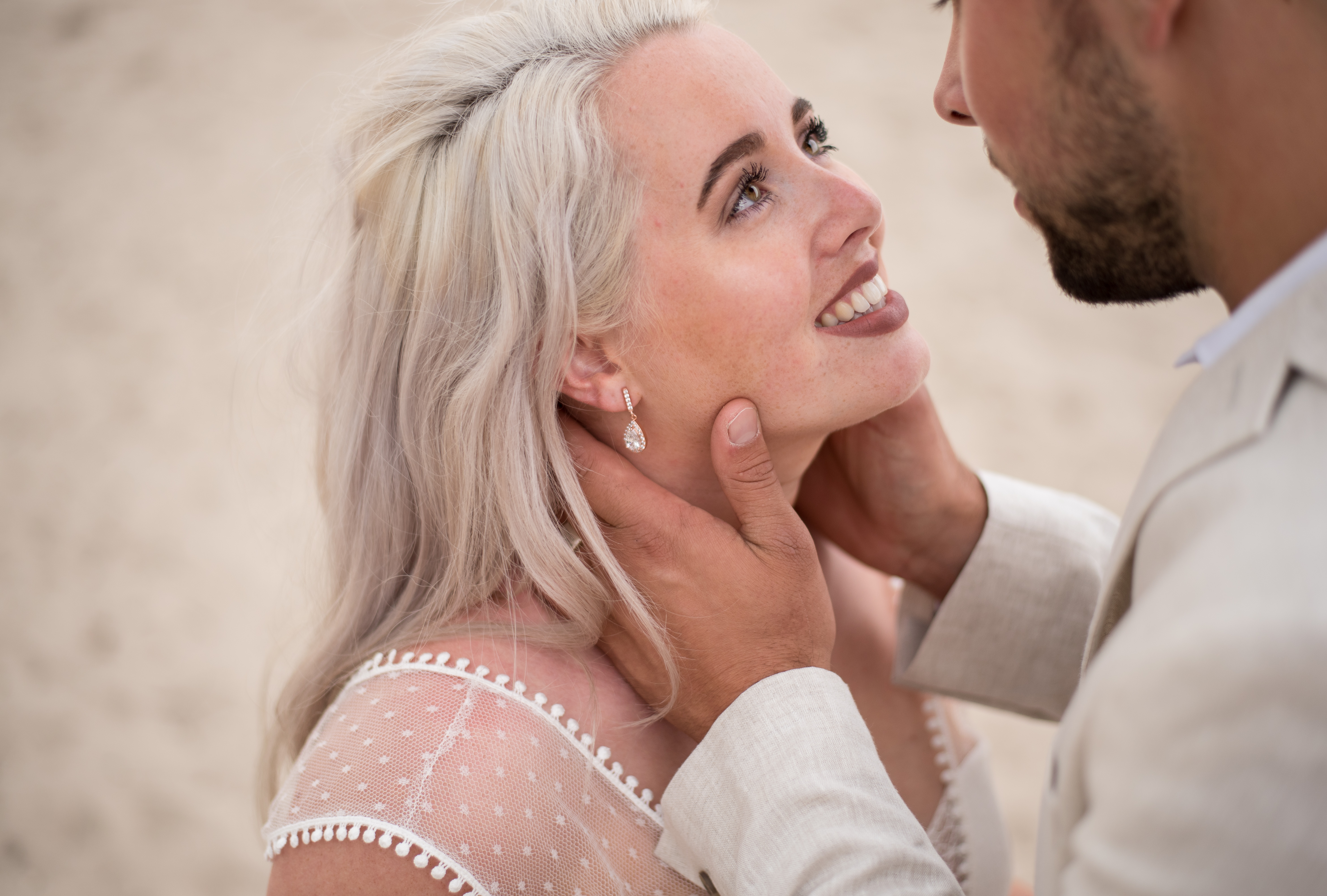 verliefd bruidspaar in witte bruidskleding