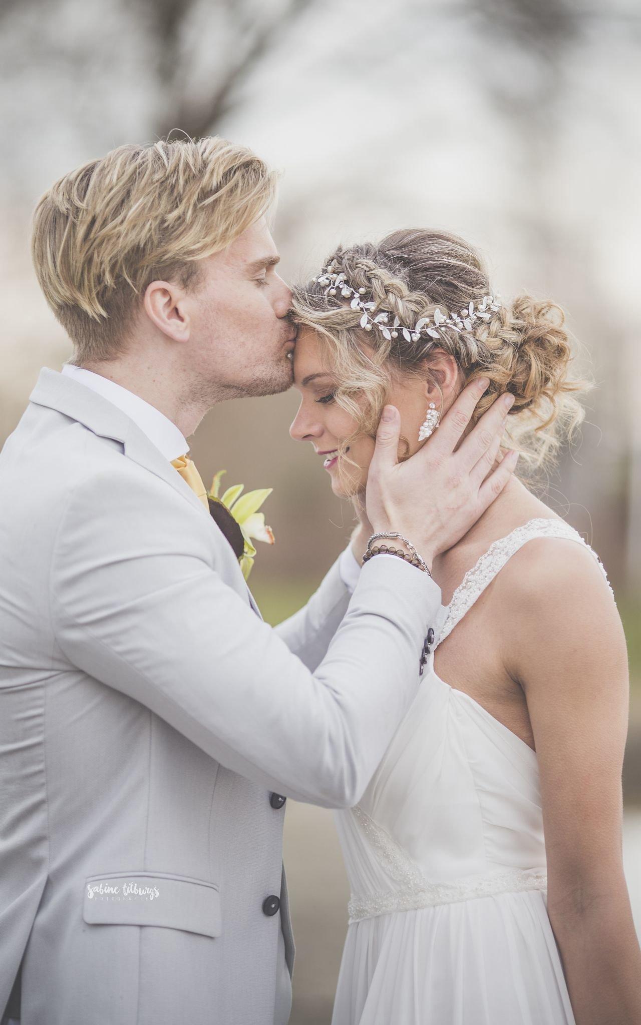 bruidspaar met blond haar bij fotoshoot