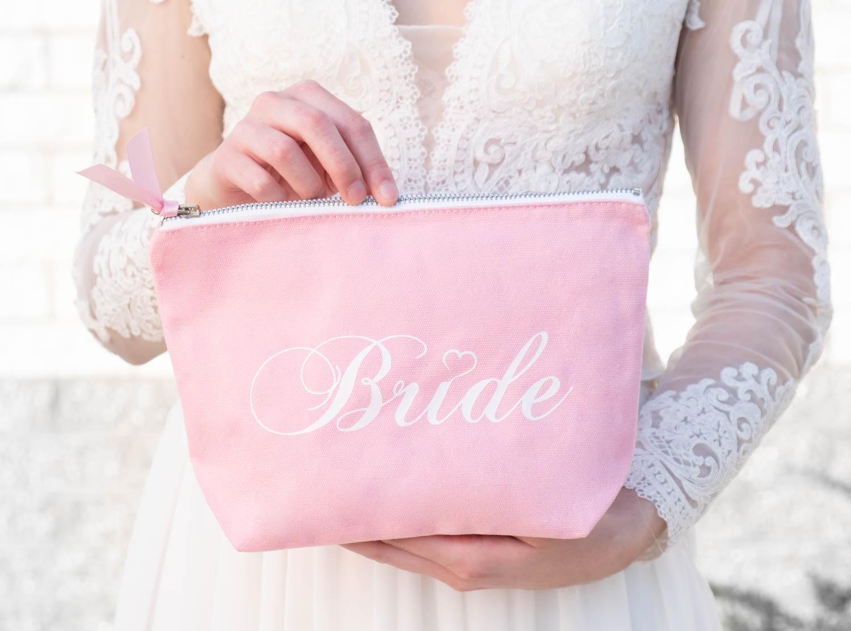bruid met roze bride toilettas