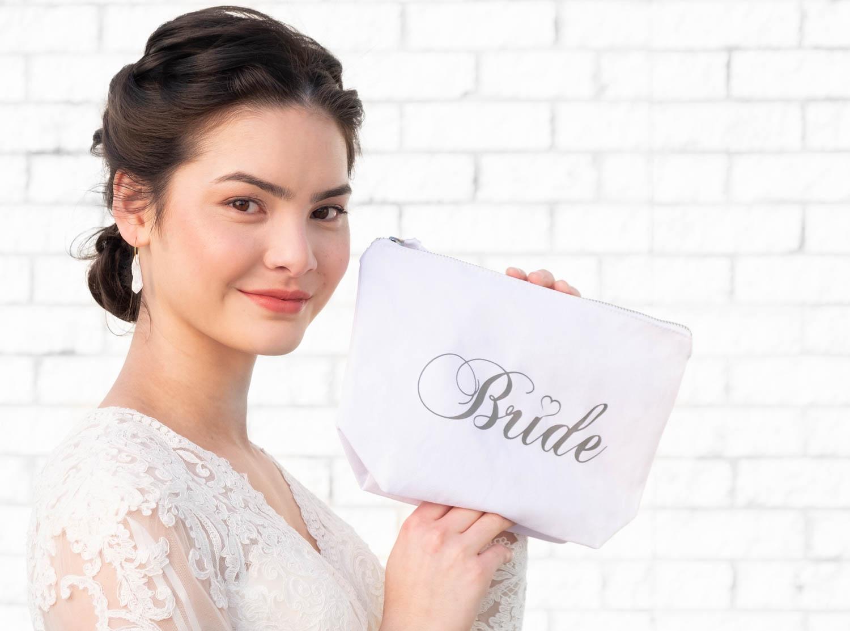bruid met witte bride toilettas drks