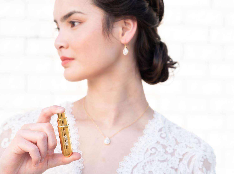 bruid met graveerbare parfumverstuiver van drks