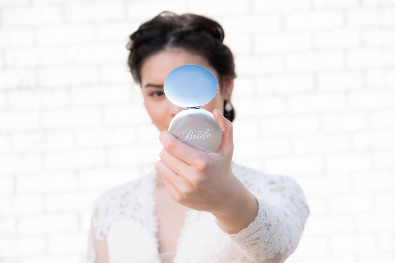 bruid met zilver bride spiegeltje in haar hand