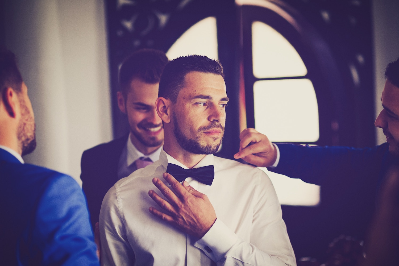 bruidegom maakt zich klaar met best man en getuigen