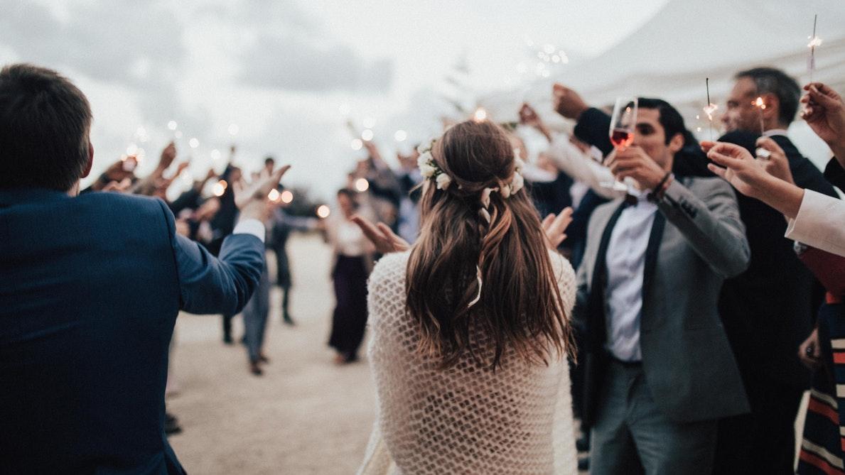 bruidspaar dansend op feest