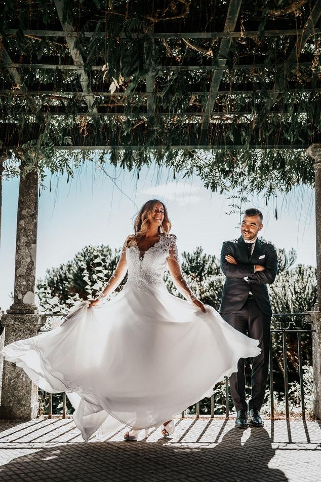 bruidspaar dansend vrolijk