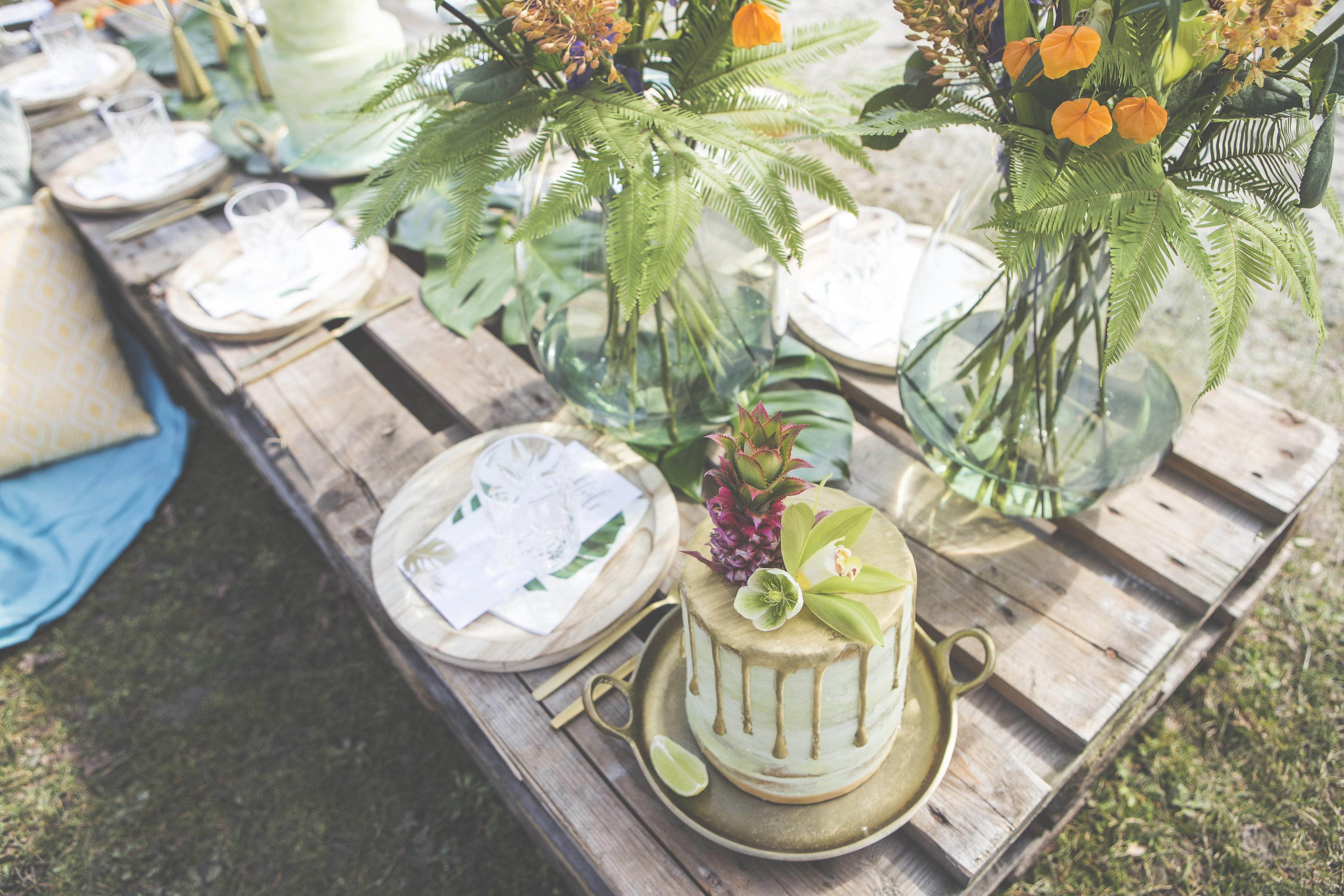 gedekte tafel voor bruiloft in tropical thema
