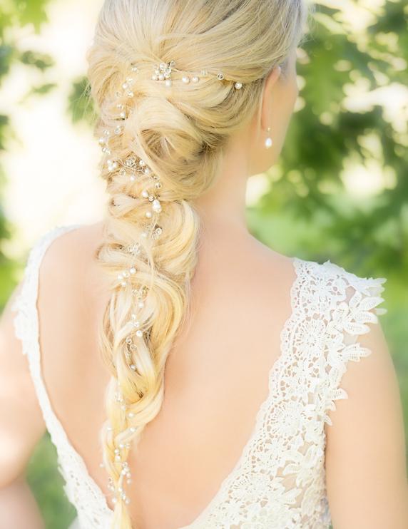 bruid met haaraccessoire van drks